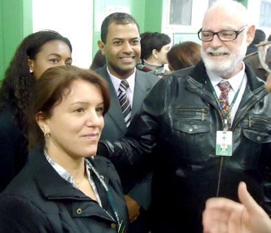 O diretor -geral da Fundação Hospitalar Municipal Getúlio Vargas de Sapucaia do Sul (FHSS), Juarez Verba, apresenta a enfermeira Carla Michele, coordenadora do Pronto Atendimento 24h. de Viamão.