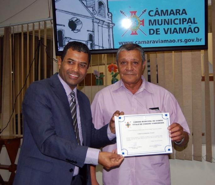 CAMARA_Armando entrega titulo de cidadao a Loreto Ferreira